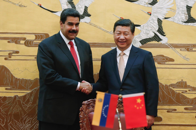Tổng thống Venezuela Nicolas Maduro (T) gặp lãnh đạo Trung Quốc Tập Cận Bình, Bắc Kinh, 22/09/2013.