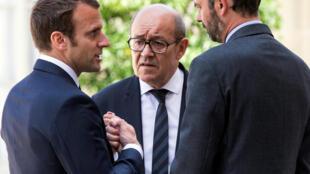 Bộ ba định hình chính sách châu Á của Pháp: Tổng thống Emmanuel Macron (T), ngoại trưởng Jean-Yves Le Drian (G) và thủ tướng Edouard Philippe (T). Ảnh chụp ngày 23/05/2017 tai Paris (Pháp).