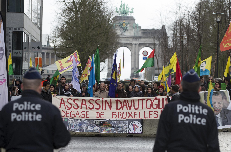 «Убийца Давутоглу, убирайся из Брюсселя»: во время саммита ЕС-Турция курды провели антитурецкую акцию, Брюссель, 7 марта 2016.