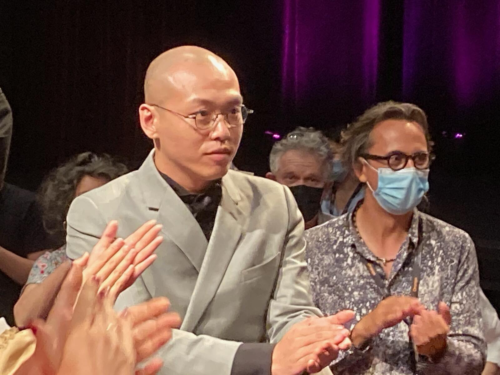 """中国导演那嘉佐(图左)的影片<街娃儿>入围第74届戛纳电影节官方评选""""一种关注""""单元。那嘉佐在2021年7月13日在首映式上与观众见面。"""