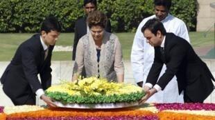A presidente Dilma Rousseff deposita flores no Memorial de Gandhi, em Nova Délhi.