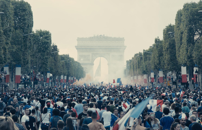 Сцена из фильма «Отверженные»: народеные гуляния в день победы Франции на ЧМ по футболу.