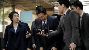 Le président de Lotte Group, Shin Dong-bin, s'incline à son arrivée à un tribunal à Séoul, en Corée du Sud, le 20 mars 2017.