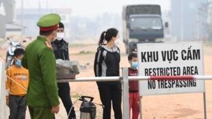 Một trạm canh gác lối vào xã Sơn Lôi, Vĩnh Phúc, Việt Nam, trong thời gian bị cách ly. Ảnh chụp ngày 20/02/2020