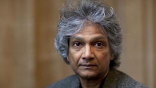 """Romesh Gunesekera est poète et romancier. Il s'est fait connaître en 1994 en publiant son premier roman """"Récifs""""."""