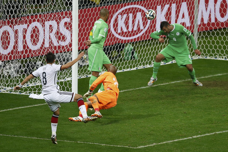 Vào cuối hiệp phụ thứ hai, Mesut Özil ghi bàn thắng thứ 2 cho tuyển Đức trong trận gặp Algéri, 30/06/2014