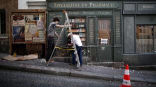 Nhân viên trang trí đang tái hiện một con phố trên đồi Montmartre, Paris, thời bị Đức chiếm đóng những năm 1940, để quay một bộ phim mà việc thực hiện bị Covid-19 làm gián đoạn. Ảnh chụp ngày 25/05/2020.