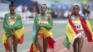 Les Éthiopiennes (g-d) Zeineba Yimer Worku, Tsehay Gemechu Beyan et Dera Dida Yami après avoir remporté la finale du 10 000 m féminin lors de la 12e édition des Jeux africains de Rabat, le 29 août 2019.