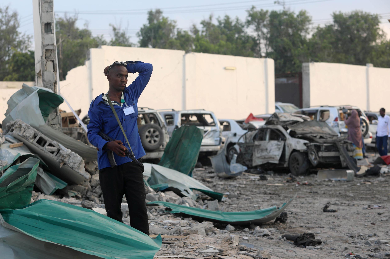 Последствия взрыва у отеля в столице Сомали Могадишо