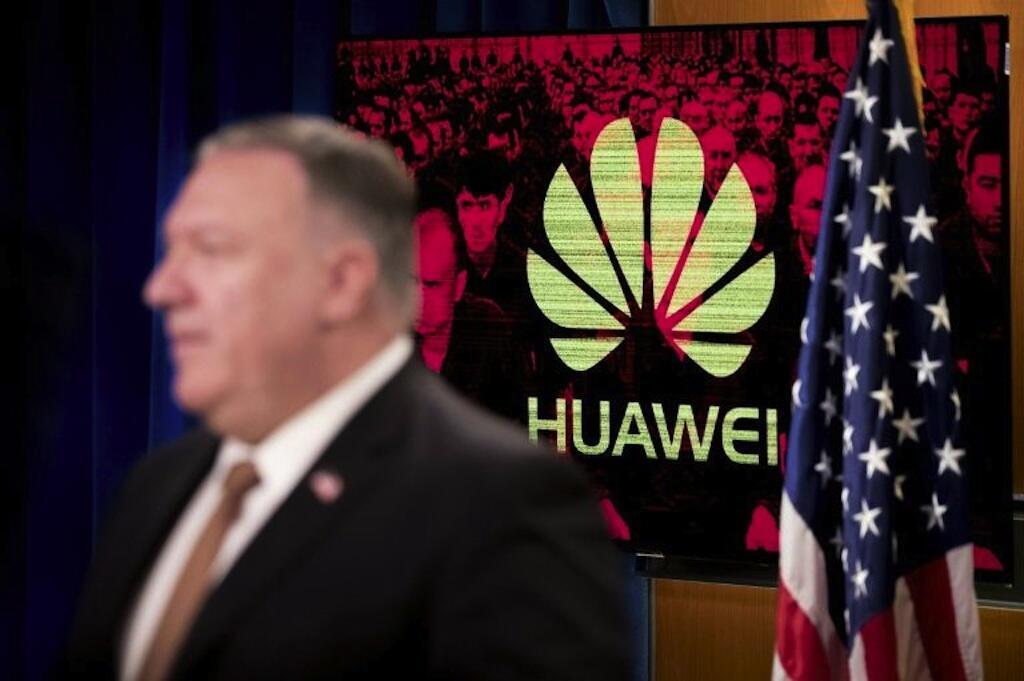 Le secrétaire d'État américain Mike Pompeo devant un logo de Huawei lors d'une conférence de presse le 15 juillet 2020, au département d'État à Washington.