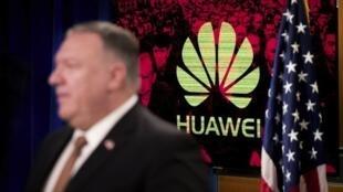 Ngoại trưởng Mỹ Mike Pompeo trước logo Hoa Vi (Huawei) trong cuộc họp báo tại bộ Ngoại Giao, Washington, Hoa Kỳ, ngày 15/07/2020.