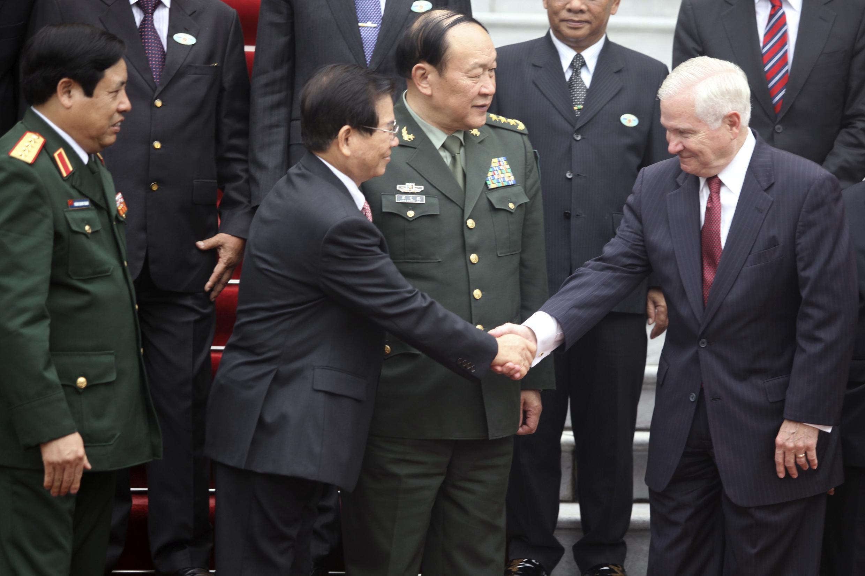 Chủ tịch Việt Nam Nguyễn Minh Triết (trái) bắt tay Bộ trưởng Quốc phòng Mỹ Robert Gates. Đứng giữa là Bộ trưởng Quốc phòng Trung Quốc Lương Quang Liệt