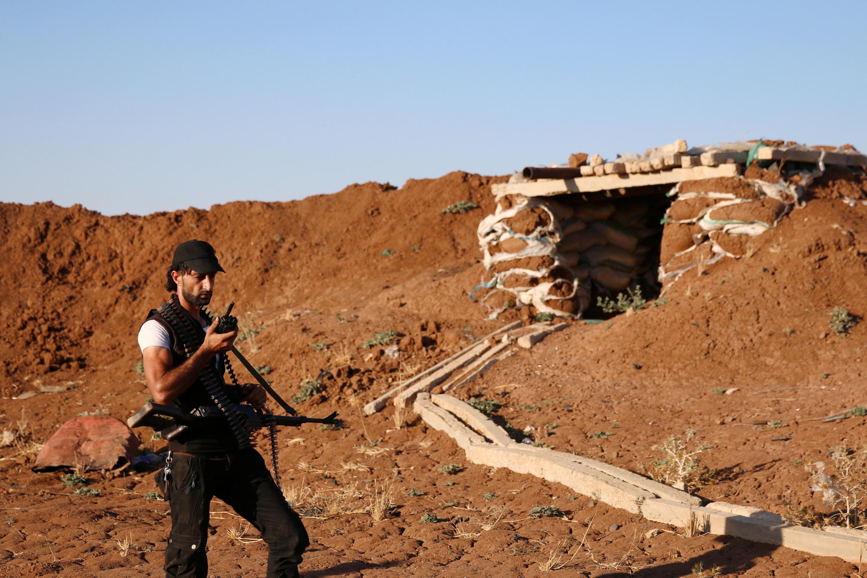 Một chiến binh Quân đội Syria Tự do canh gác tại một vị trí ở vùng Deraa ngày 14/07/2017.