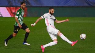 Karim Benzema golpea un balón durante el partido liguero entre el Real Madrid y el Betis disputado el 24 de abril de 2021 en la capital de España