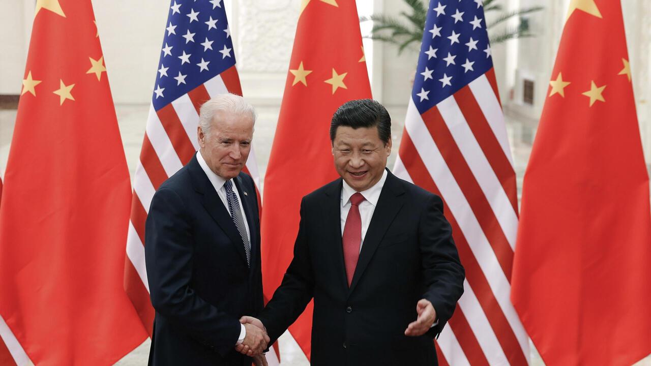 Ảnh tư liệu: Chủ tịch Trung Quốc Tập Cận Bình bắt tay phó tổng thống Mỹ Joe Biden ngày 04/12/2013 tại Đại sảnh đường Nhân dân ở Bắc Kinh, Trung Quốc.