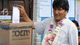 El presidente boliviano, Evo Morales, votando en las elecciones judiciales del 16 de octubre de 2011 en la región de Chapare
