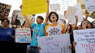 Des étudiants chantent lors d'un rassemblement demandant plus de contrôle des armes à feu trois jours après la tuerie dans le lycée Marjory Stoneman Douglas, à Fort Lauderdale, Floride, le 17 février 2018.