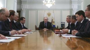 俄羅斯總統普京和其政府官員,2014 4 9, 莫斯科.