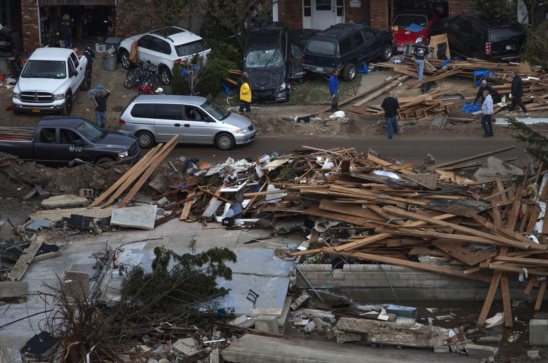 Habitantes voltam para suas casas destruídas em Brighton, Nova York, nesta quarta-feira.
