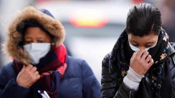 Французские власти не рекомендуют людям, не зараженным коронавирусом, носить защитные маски