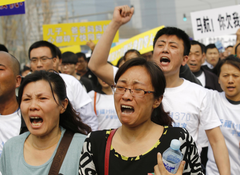 Manifestation des familles et proches des victimes du vol MH370, le 25 mars 2014, devant l'ambassade de Malaisie à Pékin.
