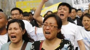 Les familles et proches des victimes du vol MH370 ont manifesté ce mardi 25 mars devant l'ambassade de Malaisie à Pékin.