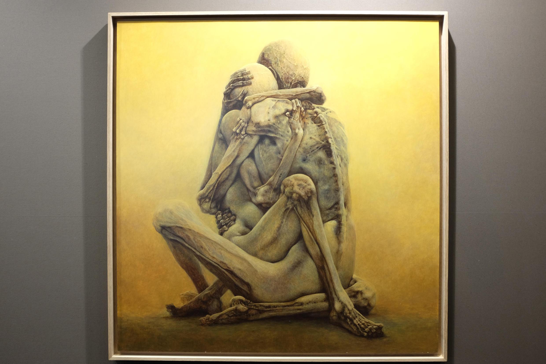 Même si Beksinski n'a jamais donné des titres à ses œuvres, le collectionneur Piotr Dmochowski appelle cette peinture exposée au Grand Palais « Couple de momies ».