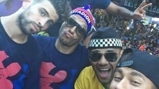 """O jogador Neymar faz uma """"selfie"""" com seus companheiros do Barcelona durante a carreata pelas ruas da cidade."""