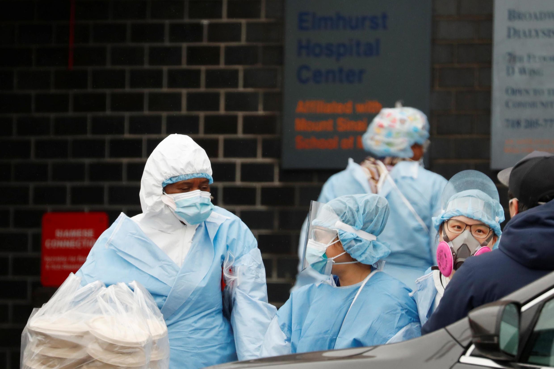 Nje ya Hospitali ya Elmhurst Hospital Center katika eneo la Queens Borough huko New York City, Marekani Aprili 24, 2020.