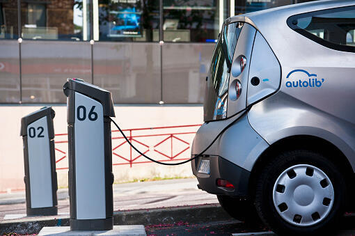 El sistema de alquiler de vehículos eléctricos compartidos Autolib', lanzado en 2011, cierra debido a grandes pérdidas que ni el operador privado Bolloré ni las autoridades locales están dispuestas a compensar.