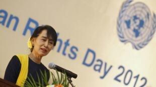 Lãnh đạo đối lập Miến Điện Aung San Suu Kyi phát biểu nhân Ngày Nhân quyền, tại một khách sạn ở Rangoon, 10/12/2012