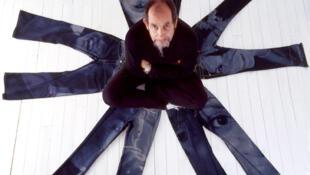 El diseñador francés François Girbaud rodeado de algunos de sus jeans.