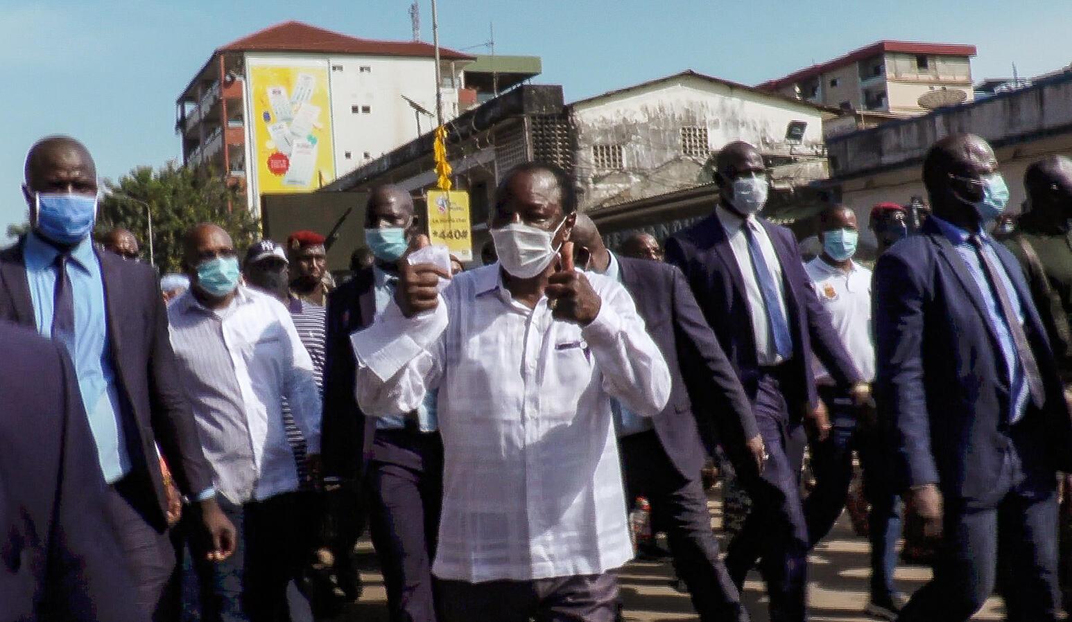 Après la confirmation du résultat de l'élection présidentielle, Alpha Condé, réélu pour un troisième mandat, est sorti saluer ses militants dans les rues de Kaloum, le centre ville de Conakry, le 7 novembre 2020.