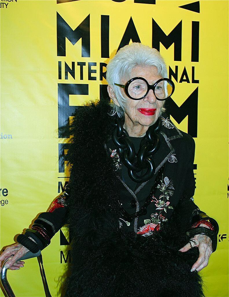 A americana Iris Apfel, ícone da moda, aos 97 anos.