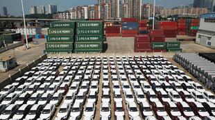 Xe hơi xuất khẩu tại cảng Liên Vân, Trung Quốc.
