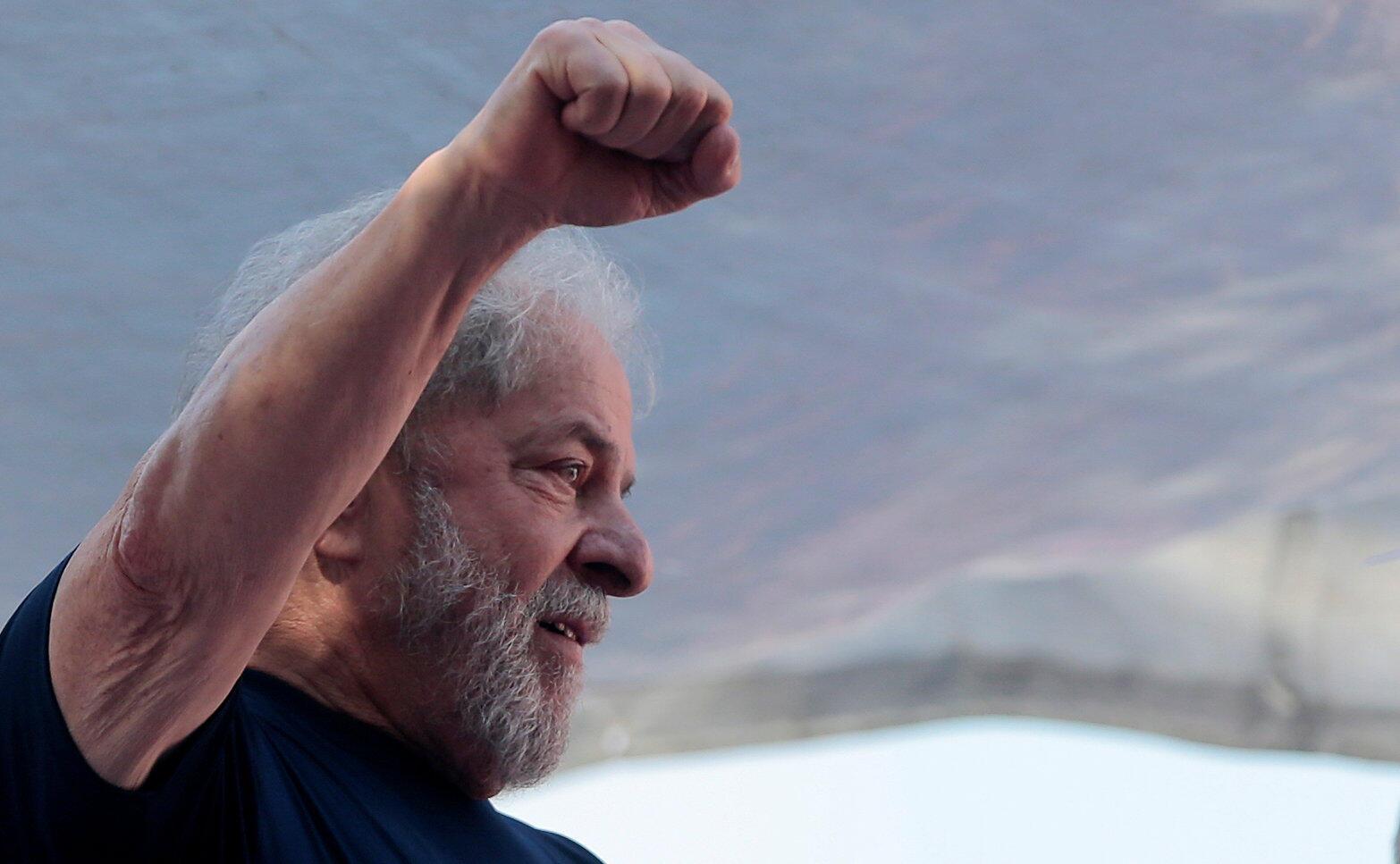 Ex-presidente Lula em seu último discurso antes de se entregar à Polícia Federal.