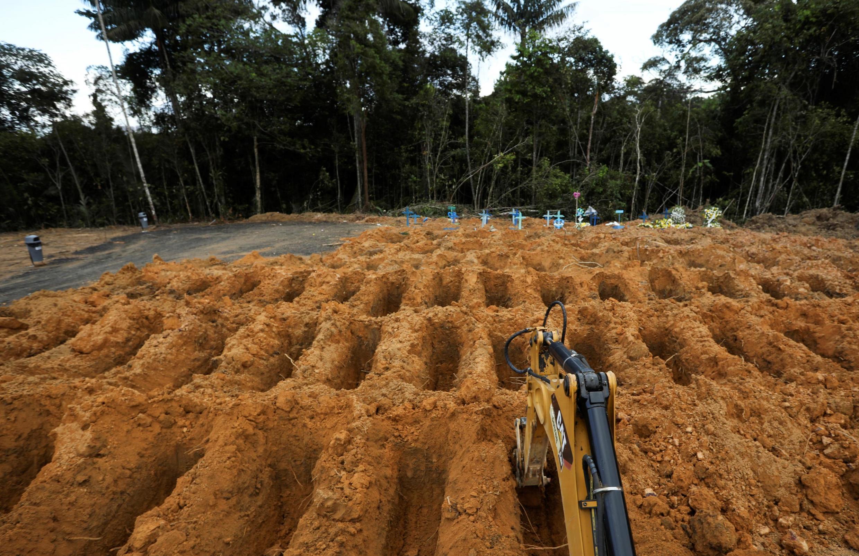 O cemitério Parque Taruma em Manaus, em 17 de abril de 2020. A capital do Amazonas é duramente atingida pela pandemia de coronavírus.