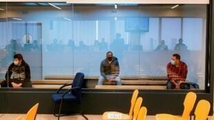 Les trois hommes accusés d'avoir appartenu à une cellule jihadiste  dans le box des accusés au Tribunal de Madrid.