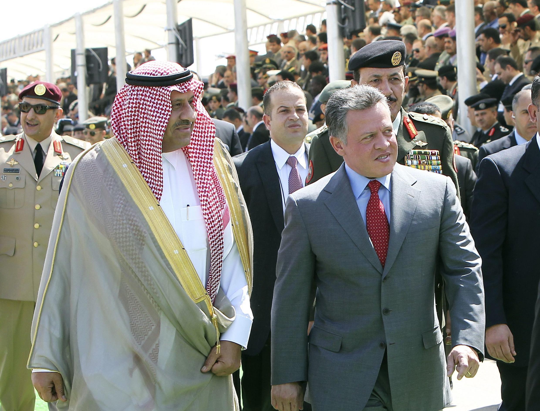 Le roi Abdallah de Jordanie (G) accompagné du ministre saoudien de la Défense, Khaled Bin Sultan à l'ouverture de la Sofex, à la base Roi Abdallah I, à Amman, le 8 mai 2012.