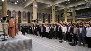 دیدار آیتالله خامنهای، رهبر جمهوری اسلامی ایران با دانشجویان و دانشآموزان در آستانه ۱۳ آبان، سالگرد گروگانگیری در سفارت آمریکا در تهران