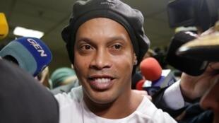 L'ancien footballleur brésilien Ronaldinho, sortant de la cour suprême de justice d'Asuncion au Paraguay, le 6 mars 2020.