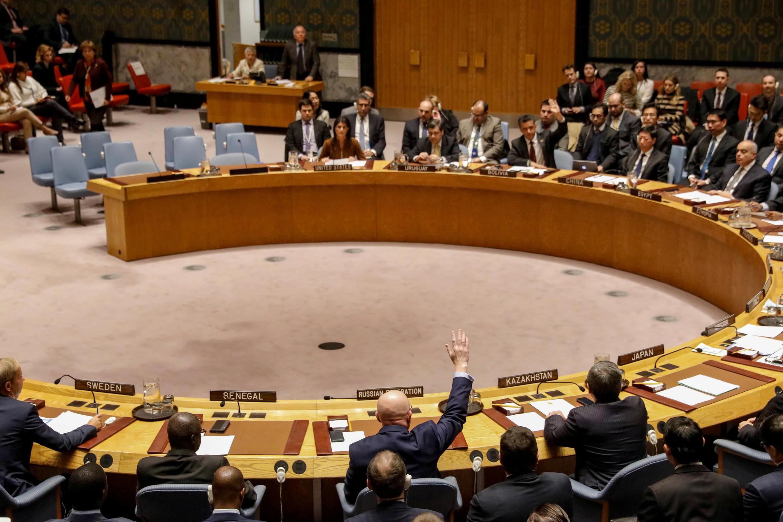 Đại diện Nga tại Liên Hiệp Quốc Vasily Nebenzya lại một lần nữa giơ tay phủ quyết dự thảo triển hạn JIM trong cuộc họp của Hội Đồng Bảo An, ngày 17/11/2017