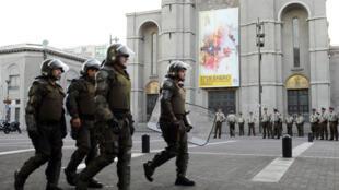 La policía patrulla alrededor de una iglesia antes de la visita del Papa Francisco en Concepción, Chile, el 15 de enero de 2018.