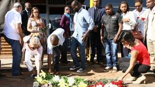 Em Maputo, flores colocadas no lugar do assassínio do advogado Gilles Cistac, a 3 de Março de  2015.