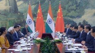 Cuộc gặp giữa đoàn Ấn Độ của phó tổng thống Ansari (tóc bạc) và đoàn của thủ tướng Trung Quốc Lý Khắc Cường tại bắc kinh ngày 28/06/2014. Phía Ấn độ phản đối bản đồ mới của Trung Quốc.