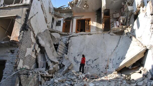 Immeuble effondré à la suite d'un bombardement. Visuel du film «Eau argentée» du réalisateur syrien Oussama Mohammad.