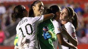 Hope Solo et Carli Lloyd, ici , sous le maillot de la sélection américaine, après leur quart de finale de Coupe du monde face à la Chine, le 26 juin 2015 à Ottawa.