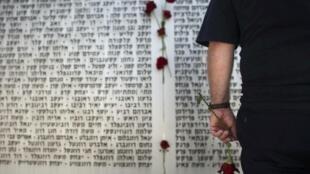 Israel homenageaou seus mortos, em 19 avril, um dia antes da celebração do aniversário de 62 anos.