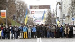 Manifestantes protestam perto de barricadas que bloquearam rua de Kiev, nesta segunda-feira, dia 2 de dezembro de 2013.