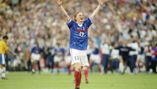 Emmanuel Petit después de la victoria ante Brasil en el Mundial de 1998.